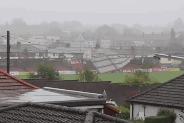 Oluja Ofelija uništila krov stadiona u Corku (VIDEO)